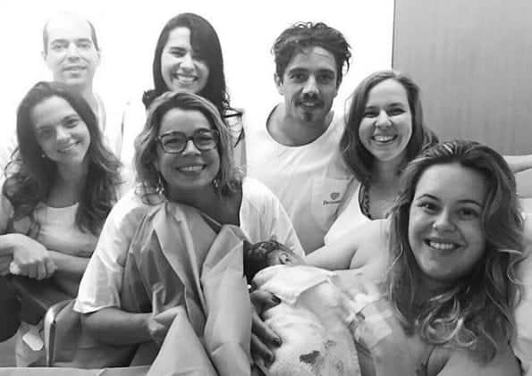 O pequeno Valentim no colo da mamãe Mari Bridi juntamento com o papai Rafael Cardoso e a equipe que ajudou no parto