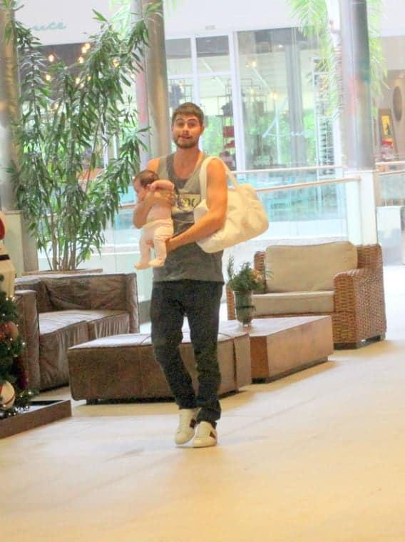 Rafael Vitti e sua bebê em passeio