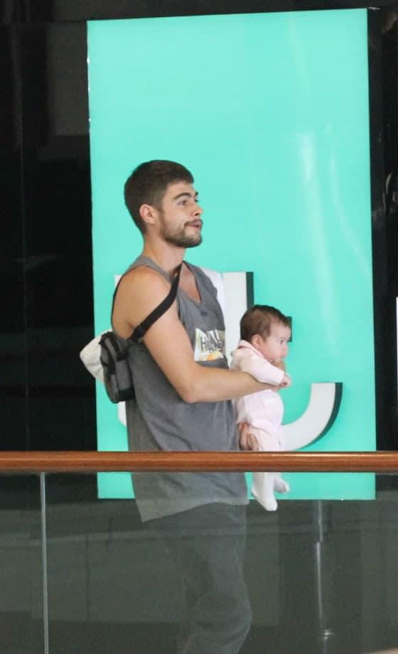 Rafael Vitti e sua bebê em passeio no shopping
