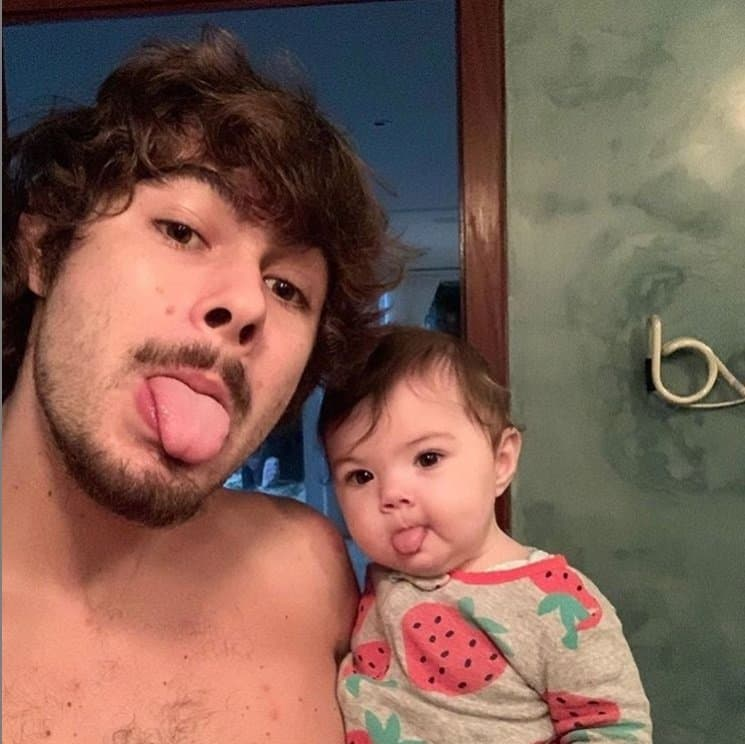 Rafael Vitti com a pequena Clara Maria