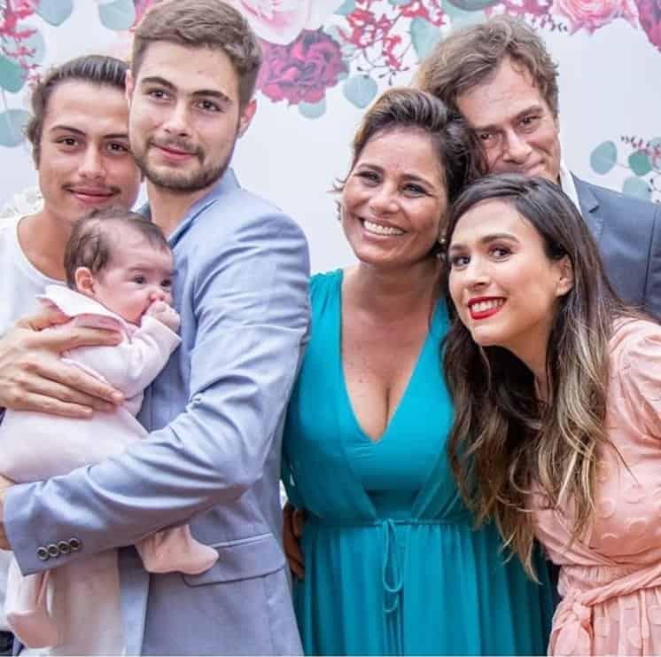 Bebê de Rafael Vitti e Tatá Werneck durante o casamento dos avós