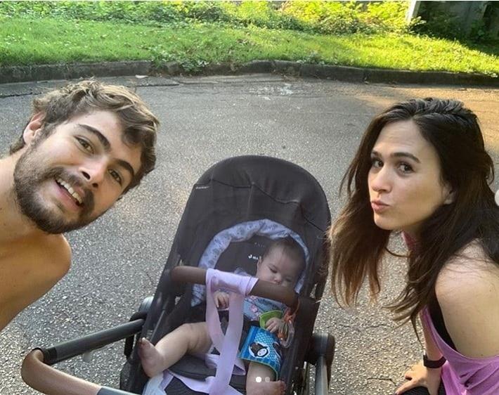 Rafael Vitti e Tatá Werneck em passeio com sua bebê