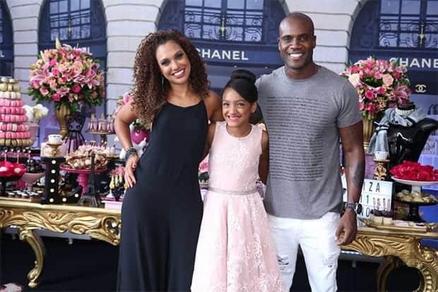 A imagem a família reunida, a filha e a ex-esposa do ator Rafael Zulu