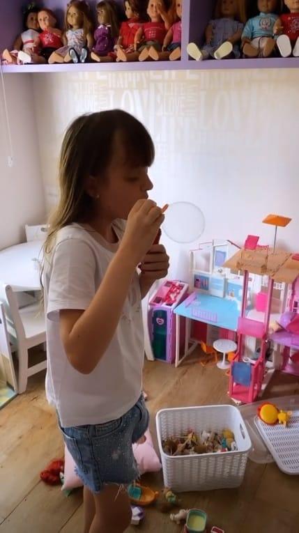 Rafaella Justus no seu super quarto de brinquedos