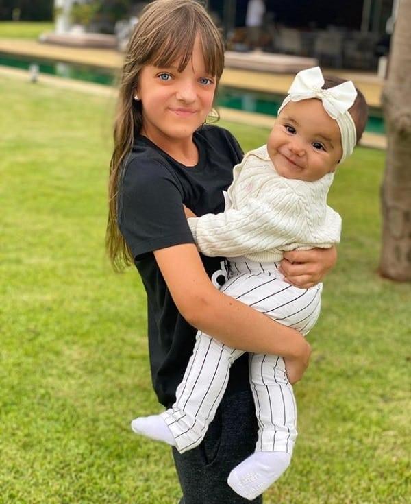 Rafaella Justus com a irmãzinha durante viagem com sua mãe