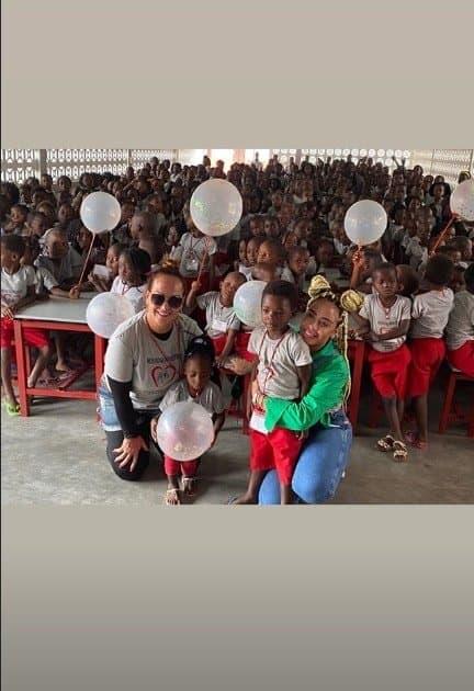 Rafaella Santos com sua mãe e as crianças do orfanato