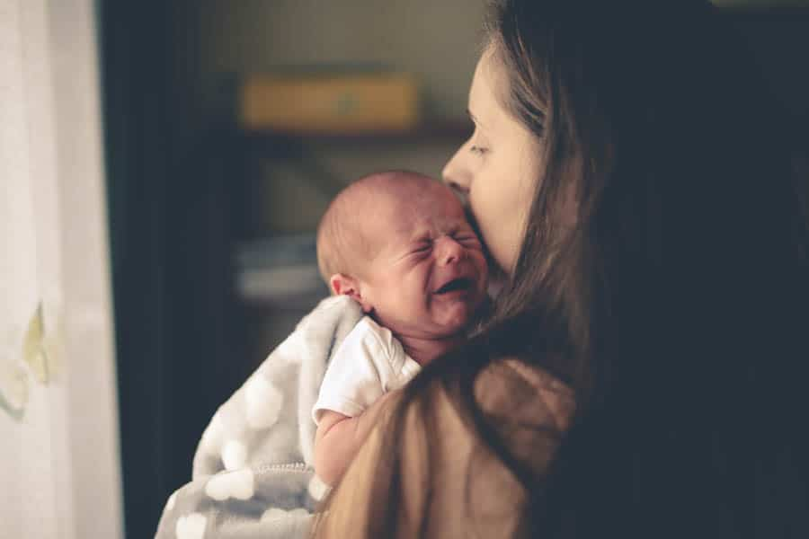 O recém-nascido chora para se comunicar