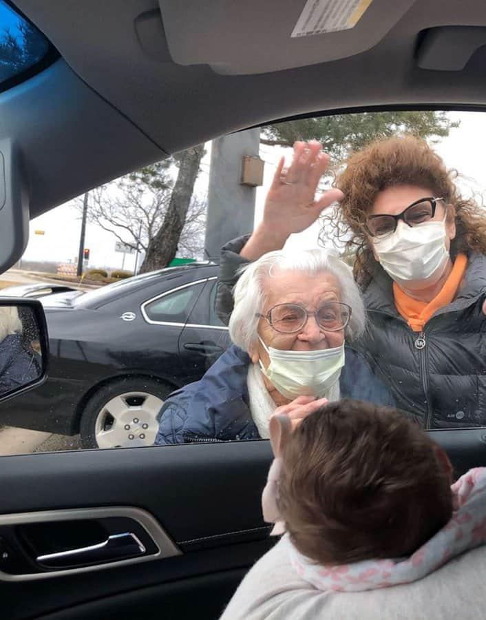 A recém-nascida e a bisavó se encontraram em um estacionamento
