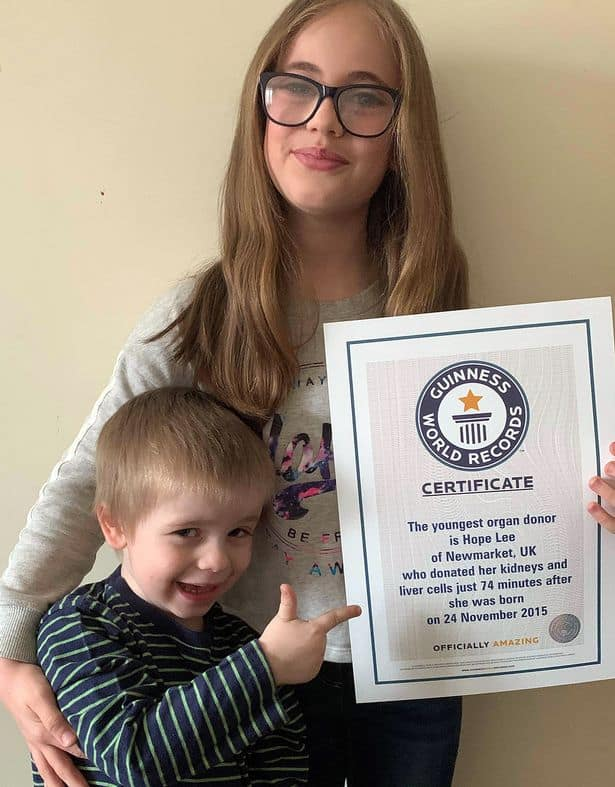 Certificado da recém-nascida ao lado do irmão gêmeo e irmã mais velha dela