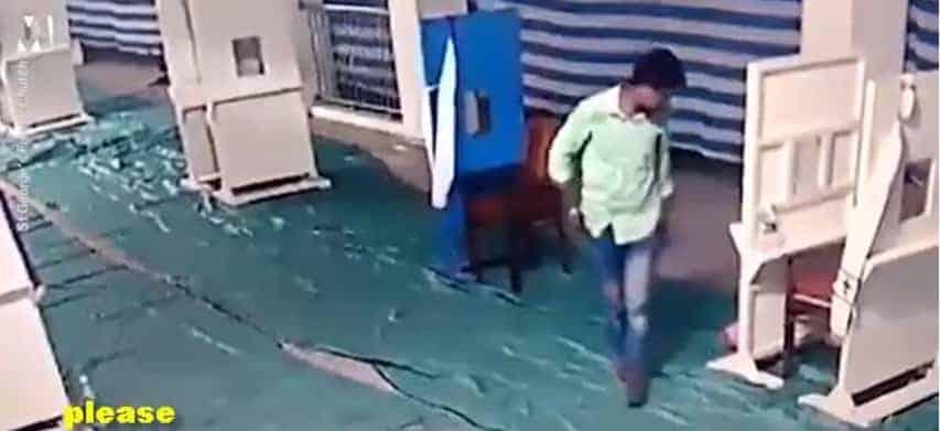 Imagem do pai deixando o filho no chão e indo embora