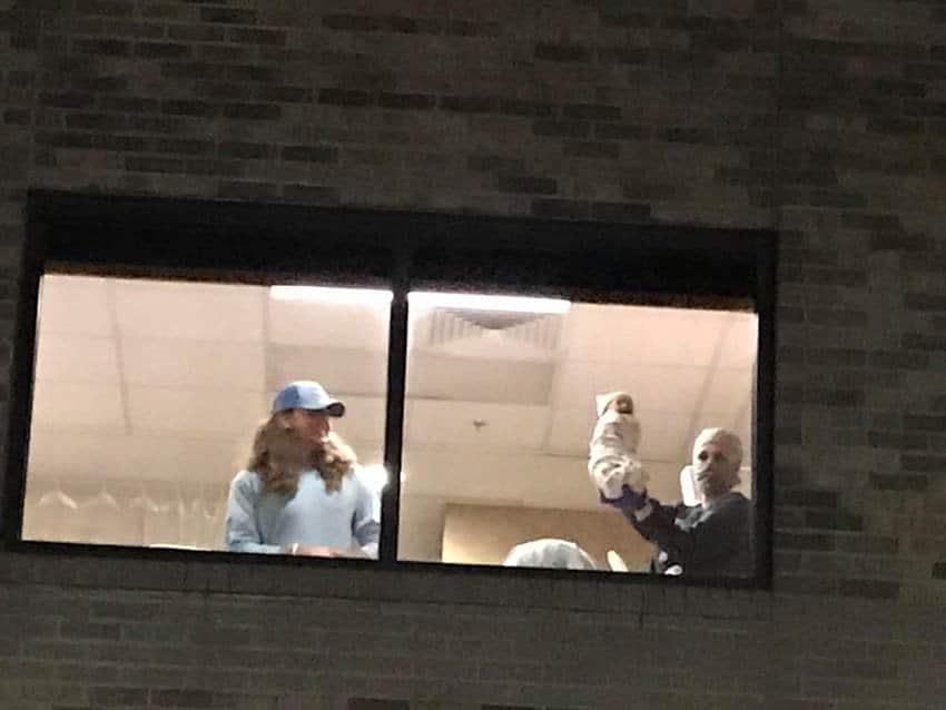 O pai do recém-nascido o apresentou aos avós pela janela