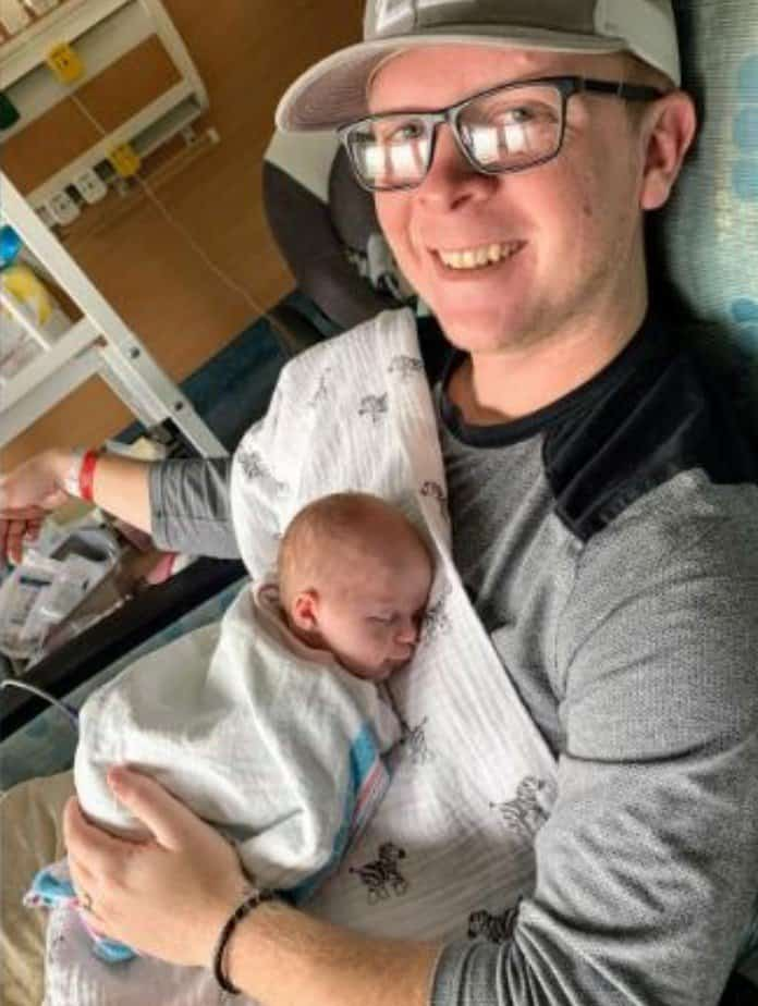 Recém-nascido no hospital com seu pai