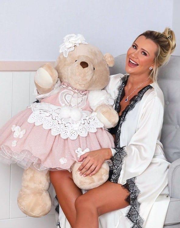 Ana Paula Siebert com a ursa gigante do quarto da filha