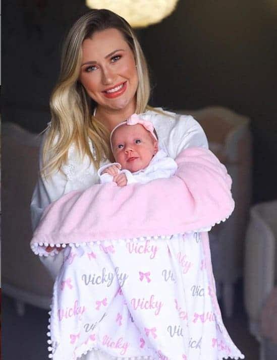 Ana Paula Siebert posando com sua filha com Roberto Justus