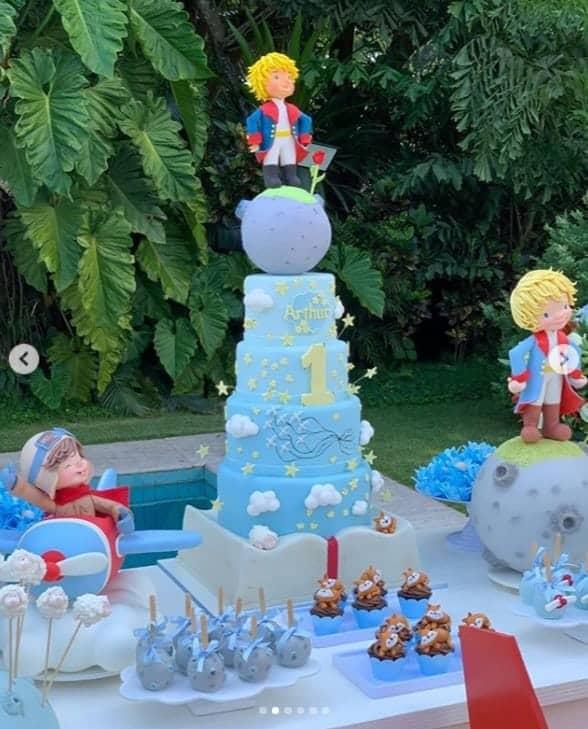 Detalhes do bolo da festa de um ano de Arthur