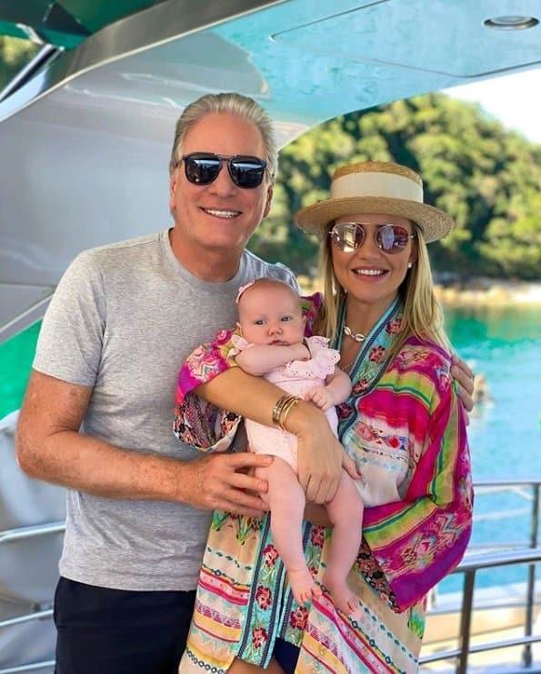 Roberto Justus no iate com a esposa e a filha