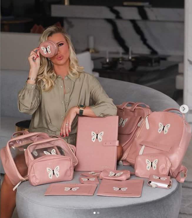 Esposa de Roberto Justus com suas malas de maternidade de luxo