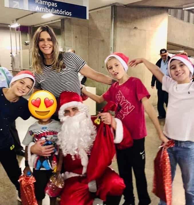 Fernanda Lima e os filhos com papai noel em visita a hospital