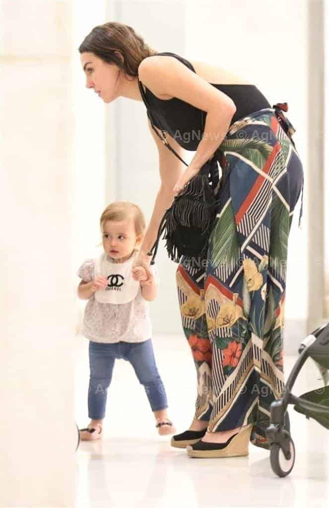 Passeando no shopping Mel Fronckowiak com a pequena Nina
