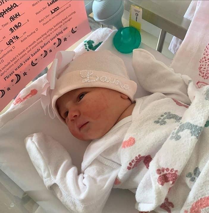 A filha recém-nascida de Rodrigo Scarpa em sua primeira foto