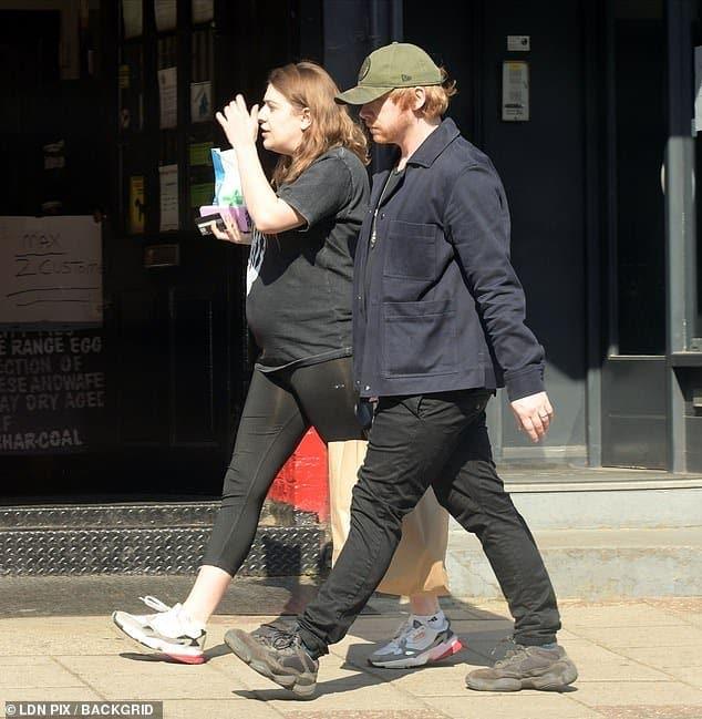 Rupert Grint com a esposa grávida