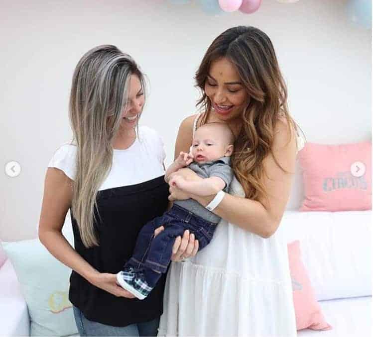 A apresentadora Sabrina Sato com o Leonardo no colo, filho de sua amiga Bruna Pozelli