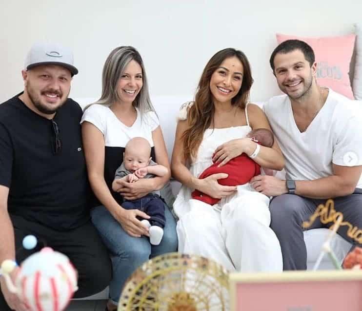 Na imagem a bebê Zoe no colo de sua mãe Sabrina Sato, Duda Nagle, o pequeno Leonardo com sua mãe Bruna Pozelli