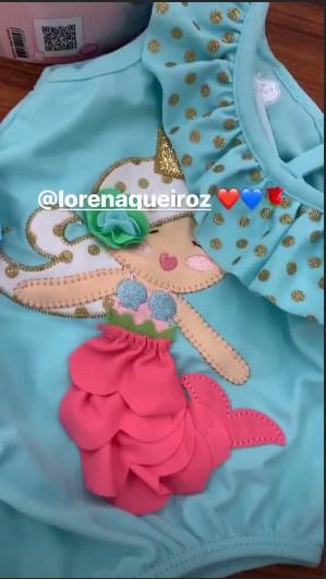 O presente que a Lorena Queiroz deu para Zoe foi um lindo mini maiô
