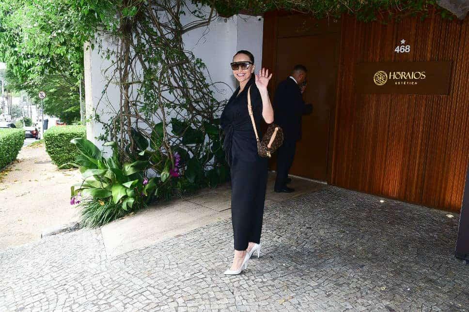 Sabrina Sato no local em que faz seus tratamentos estéticos