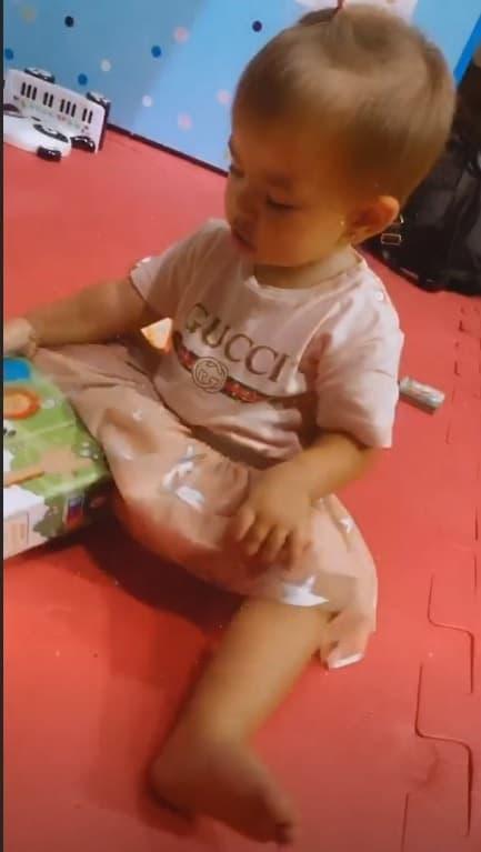 Bebê de Sabrina Sato com roupinha de grife