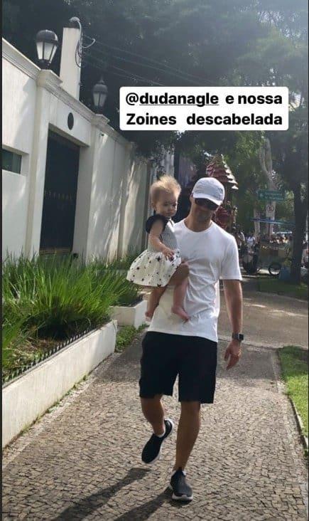Duda Nagle em passeio com sua bebê