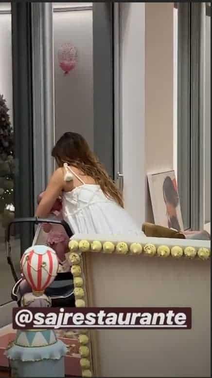 Sabrina Sato colocando Zoe no carrinho de bebê