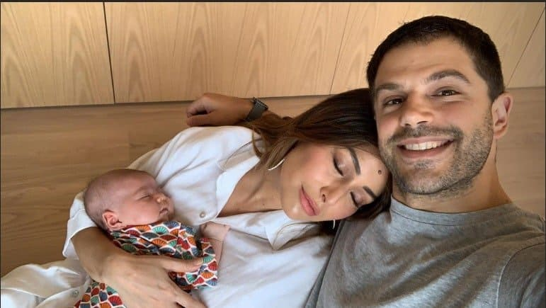 O ator Duda Nagle postou esse flagra da pequena Zoe e Sabrina Sato dormindo