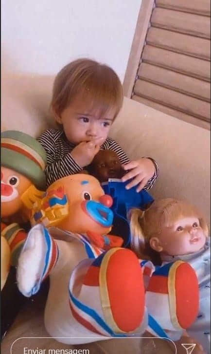 Filha de Sabrina Sato com os brinquedos favoritos