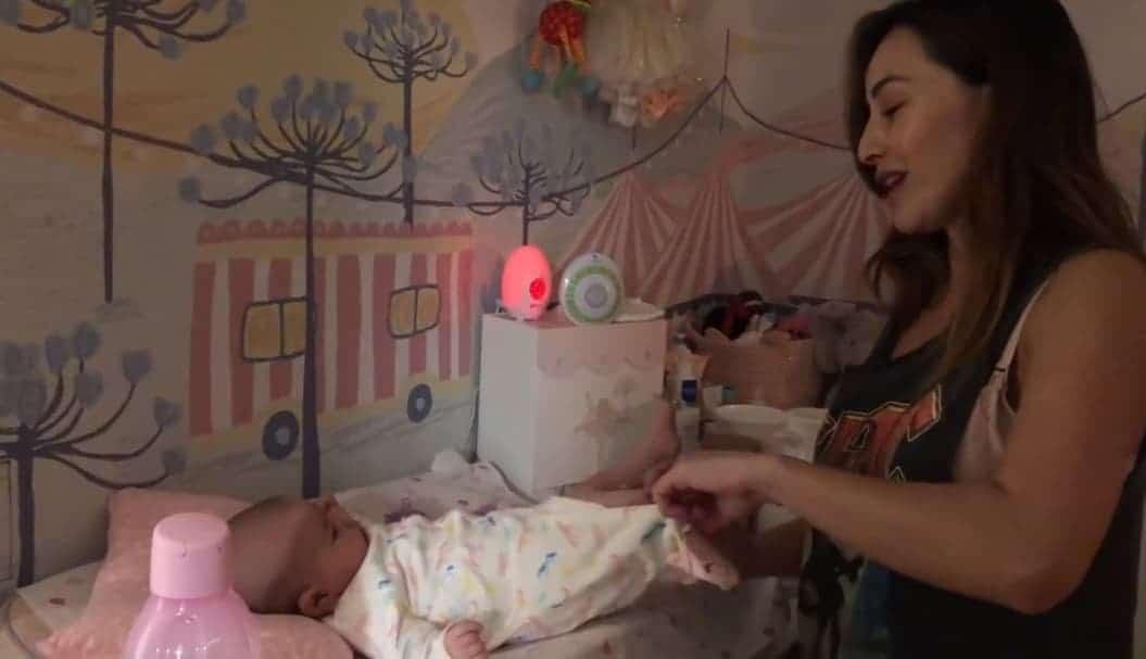 Sabrina Sato trocando a fralda da filha