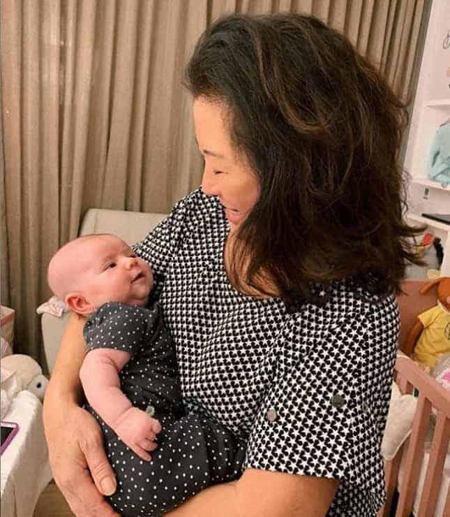 A vovó, Dona Kika com a bebê Zoe no colo