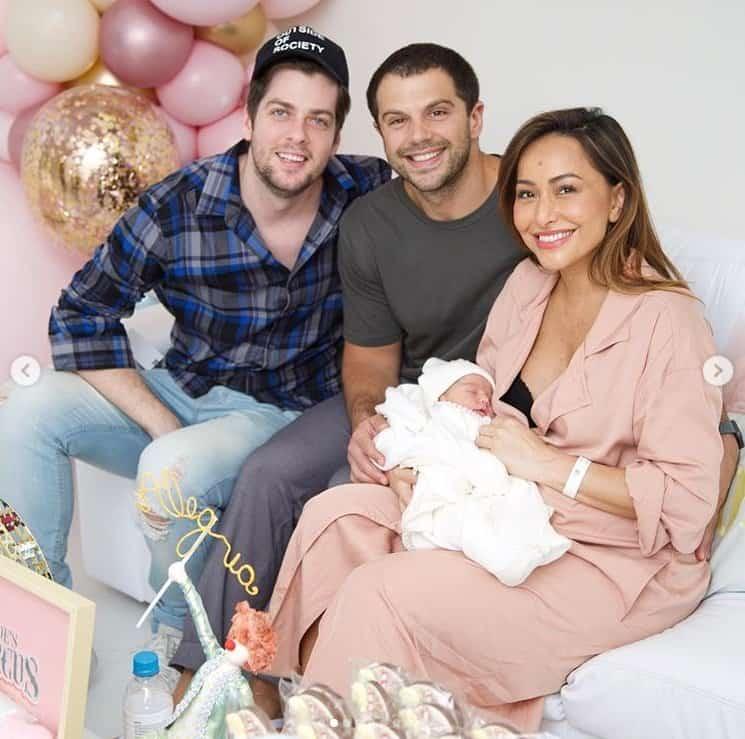 Sabrina Sato com sua filha recém-nascida