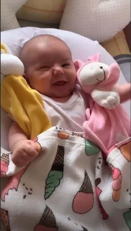 Sabrina Sato publicou uma imagem da pequena Zoe com preguiça