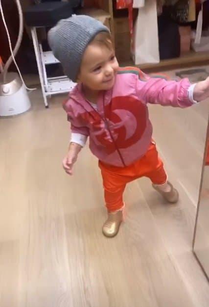 Filha de Sabrina Sato com um casaco de grife
