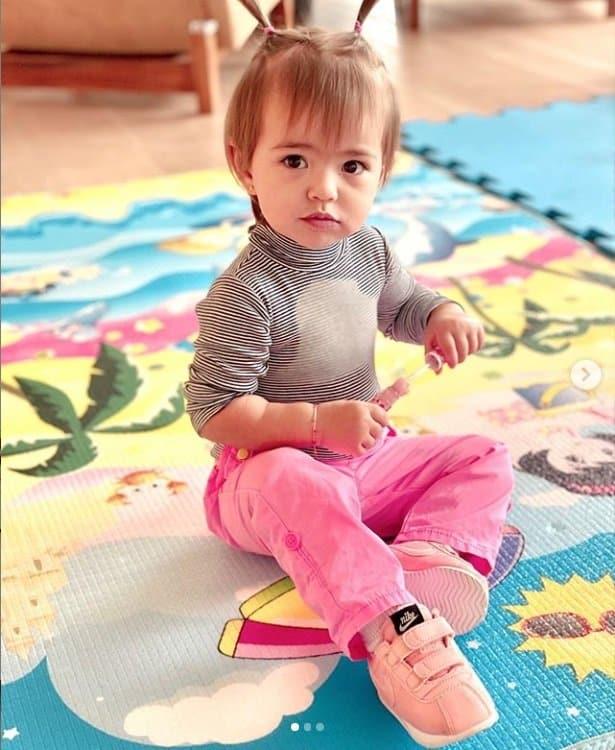 Sabrina Sato mostrou sua filha de maria-chiquinha em nova foto