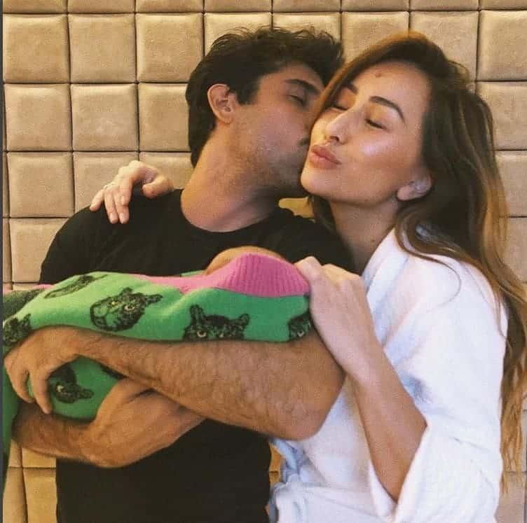 Rodrigo Costa com a pequena Zoe, filha da Sabrina Sato, no colo.