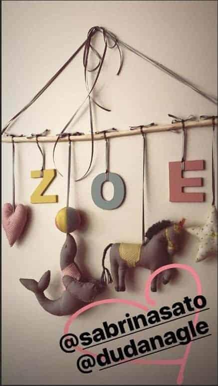 Brinquedo personalizado do quarto da bebê Zoe, filha da Sabrina Sato