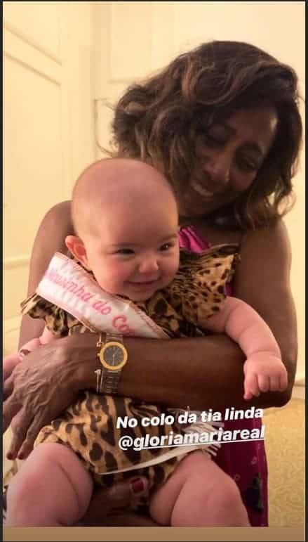 A bebê Zoe, filha da apresentadora Sabrina Sato, com a jornalista Glória Maria