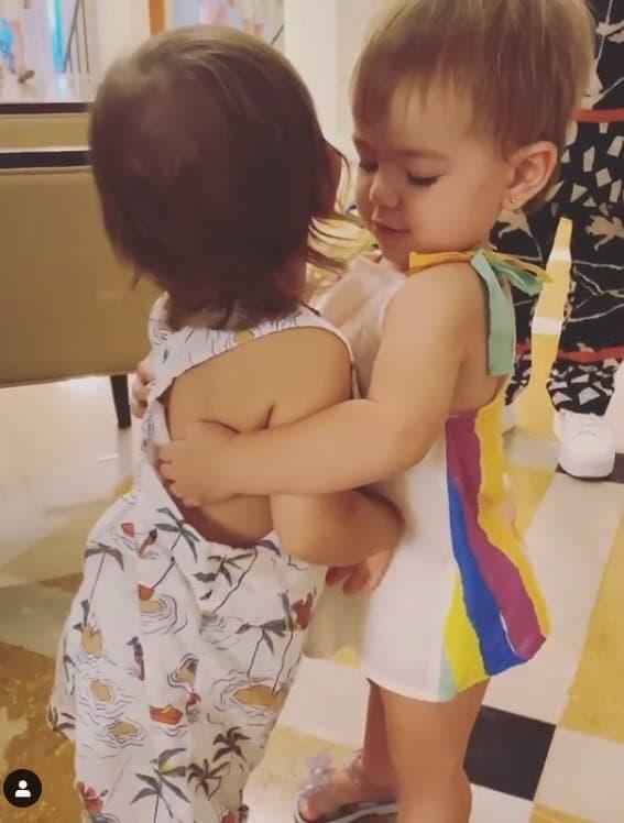 A pequena Zoe abraçando o filho de Isis Valverde