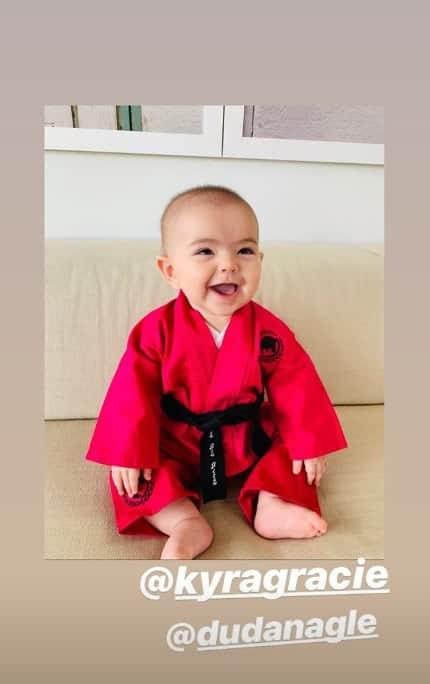 A Sabrina Sato encantou ao mostrar Zoe com o quimono dado por Kyra Gracie
