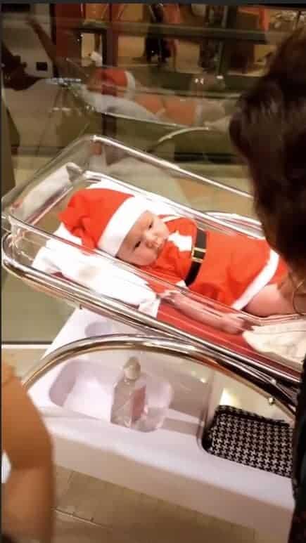 Nessa publicação de Sabrina Sato o look a pequena Zoe está de Mamãe Noel