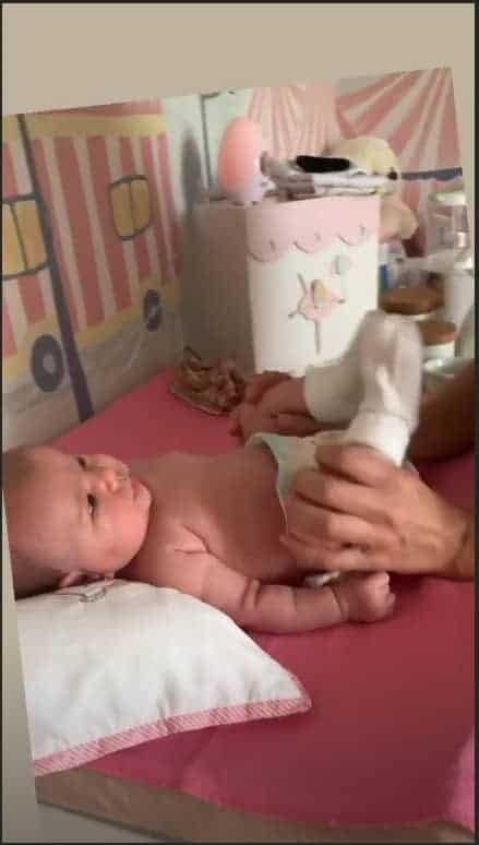 Sabrina Sato massageia a pequena Zoe