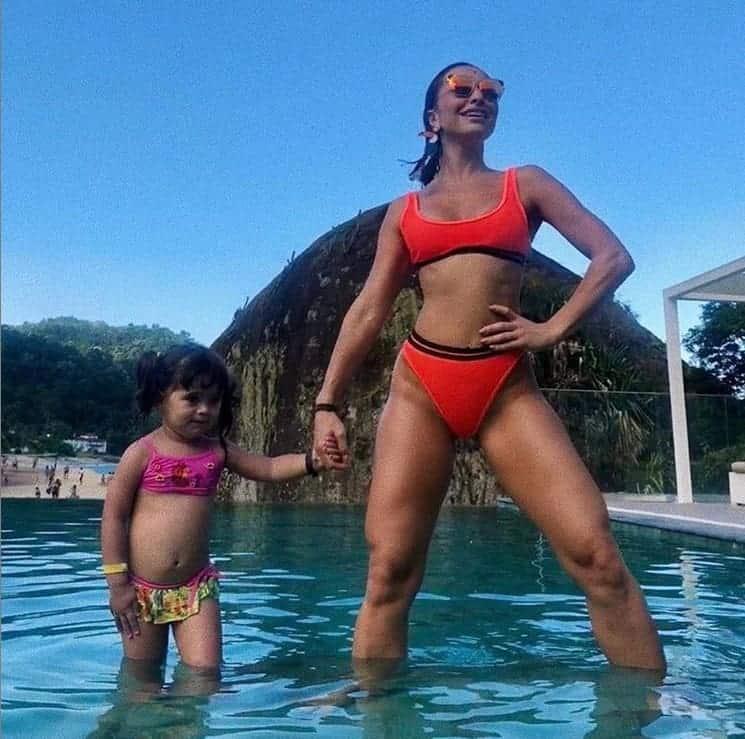 Padre Fábio de Melo faz brincadeira e publica foto de Sabrina Sato com a sobrinha.