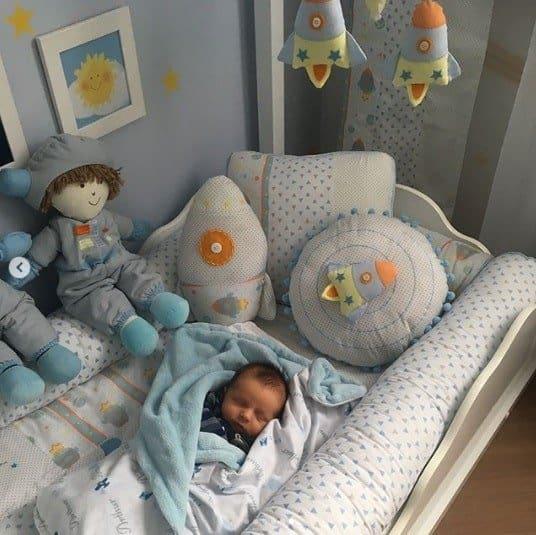 O filho da produtora Bruna aproveitando o seu quarto novinho, presente de Sabrina Sato