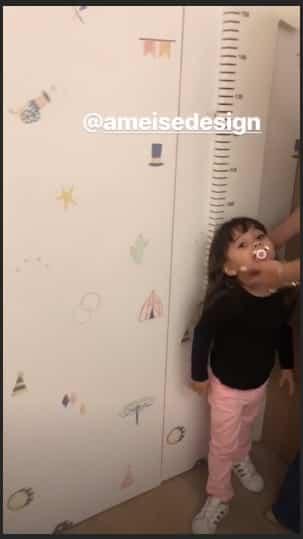Manuela, sobrinha da Sabrina Sato conhecendo o quarto da priminha Zoe